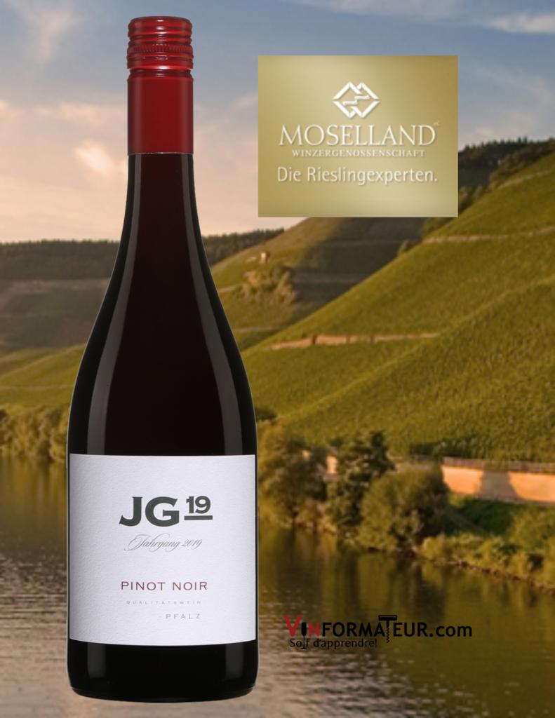 Bouteille de JG 19 Pinot Noir, Allemagne, Pfalz, 2019 avec vignobles de Moselland en arrière-plan