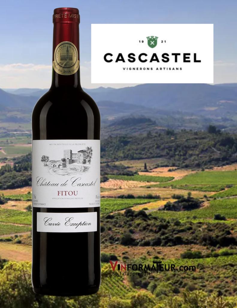 Bouteille de Château de Cascastel, Cuvée Exception, Languedoc-Roussillon, AOC Fitou, 2018 avec vignobles en arrière-plan