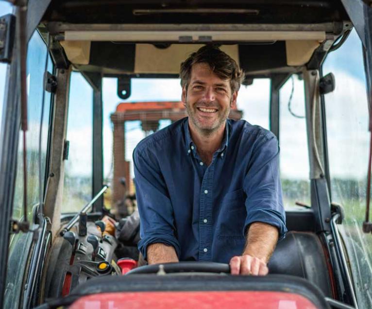 Arnaud Lambert vigneron assis sur son tracteur