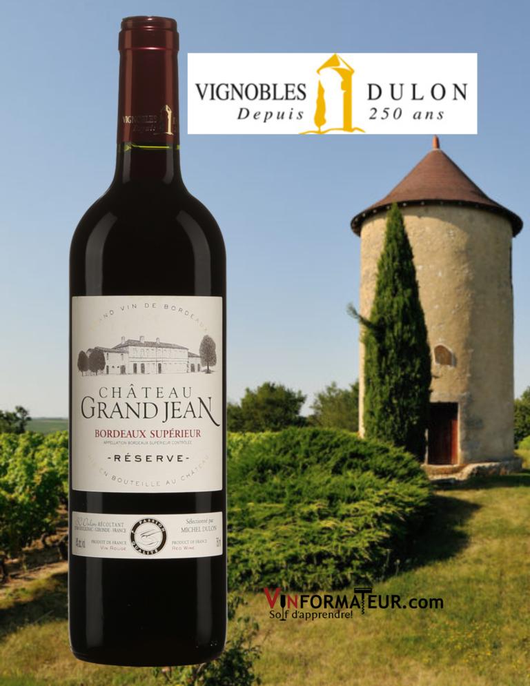 BOuteille de Château Grand Jean, France, Bordeaux, Bordeaux Supérieur AOP, Réserve, 2019 avec vignoble en arrière-plan