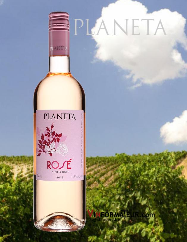 Bouteille de Planeta, Italie, Sicile DOC, vin rosé, 2020 avec vignoble an arrière-plan