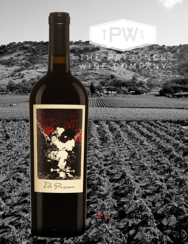 Bouteille de The Prisoner, Californie, Napa Valley, The Prisoner Wine Company, 2018 avec le vignoble en arrière-plan