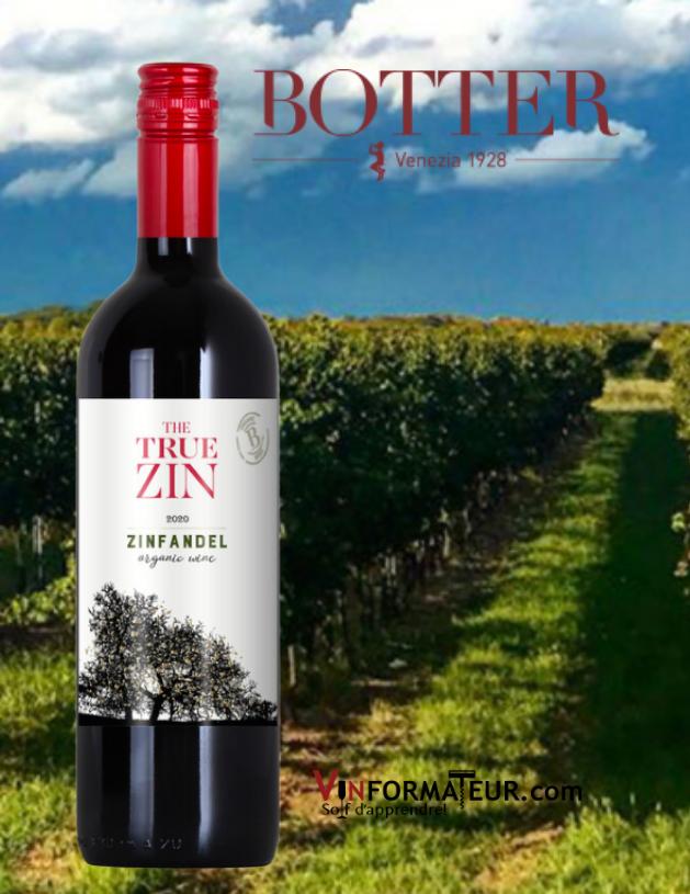 Bouteille de The True Zin, Zinfandel, Italie, Puglia, Botter, vin rouge bio, 2020 avec vignoble en arrière-plan