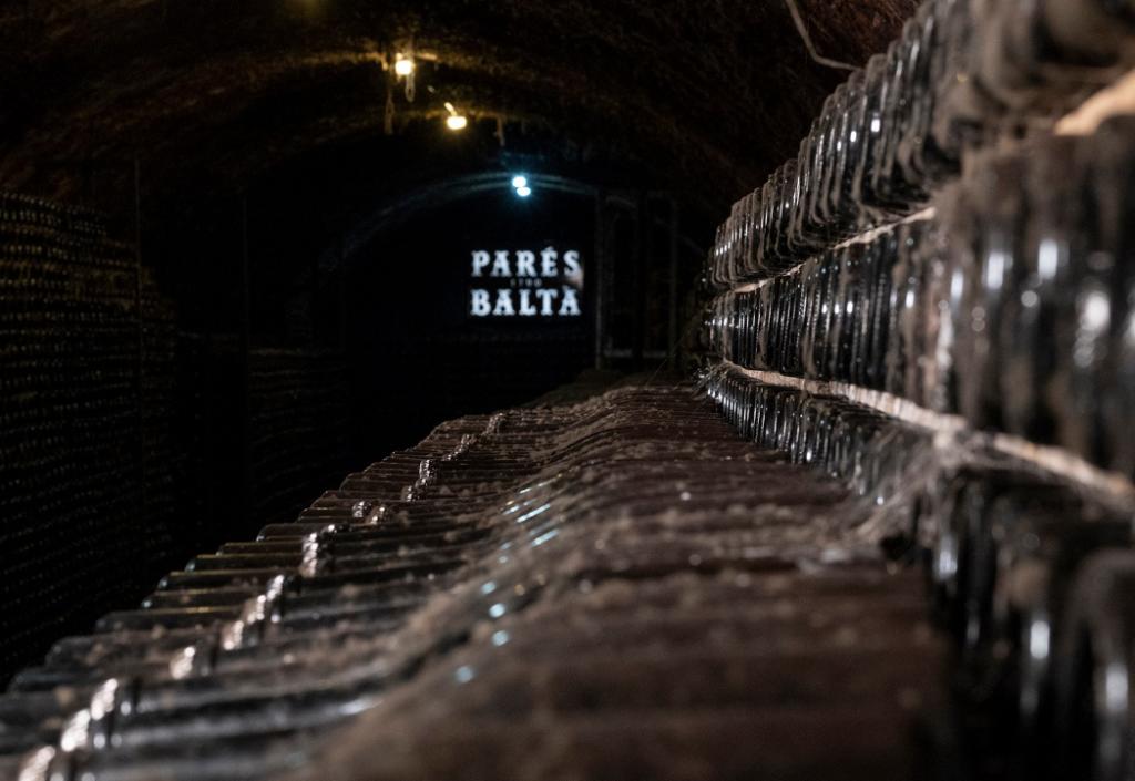 Chai Parés Baltà avec bouteilles de Cava