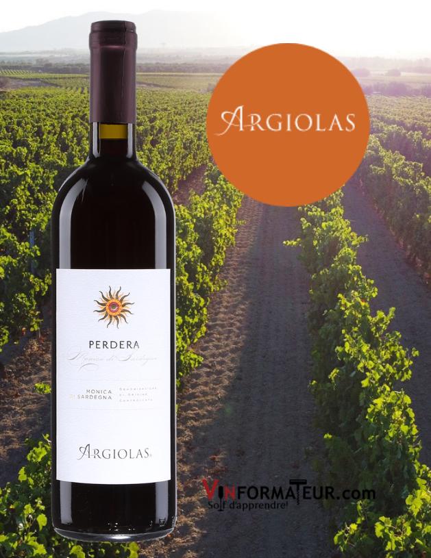 Bouteille de Perdera, Italie, Sardaigne, Monica de Sardegna Superiore DOC, Argiolas, 2018 avec vignoble en arrière-plan