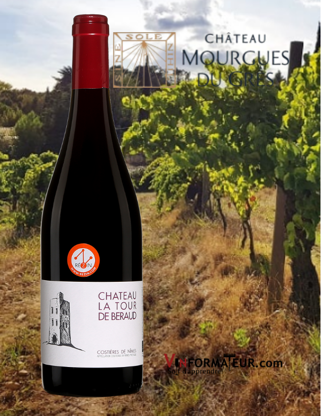 Bouteille de Château La Tour de Béraud, Costière de Nîmes, François Collard, vin rouge bio, 2019 avec vignobles en arrière-plan
