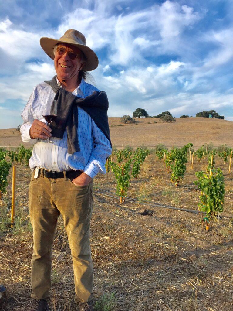Randall Grahm dans ses vignobles
